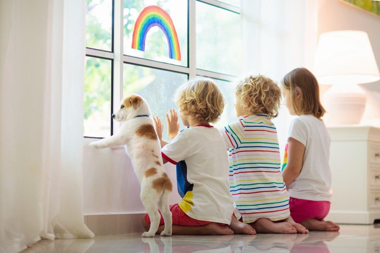 Niños y perro durante el confinamiento coronavirus
